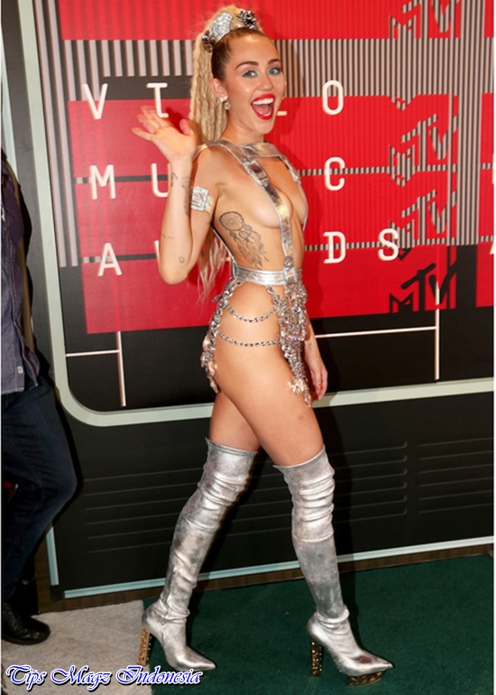 penampilan miley cyrus di red carpet mtv vma 2015