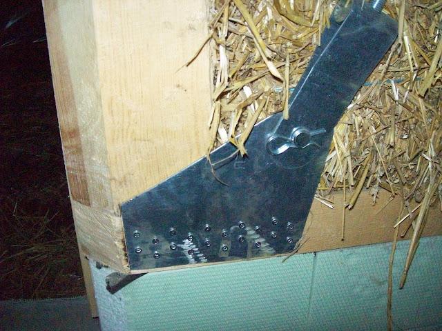 Металлический угол в каркасе соломенного домика.