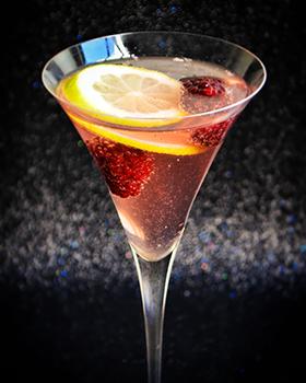 Vinho rosé com água tônica, amora e limão siciliano