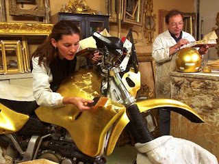 folha de ouro sendo aplicada