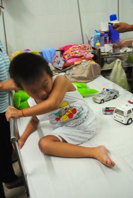 Cậu bé 4 tuổi mồ côi sau tai nạn ,thế giới lốp, lop xe, lốp xe ô tô, giá lốp, gia lop,