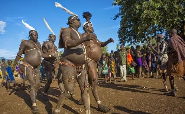 pria suku bodi menuju perayaan ka'el