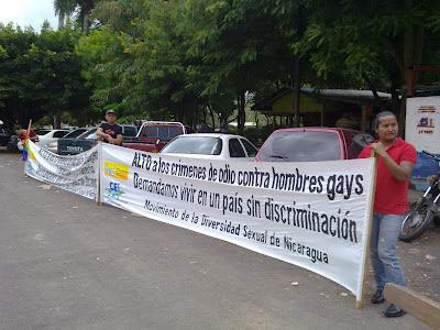 Vista parcial de los y las activistas participantes del plantón en las afueras de los juzgados de esta ciudad.