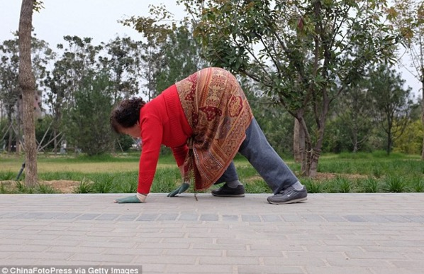 Dikatakan Baik Untuk Kesihatan, Senaman Pelik Ini Jadi Kegilaan di China |