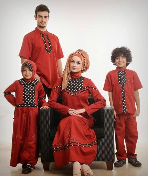 Contoh Pose Keluarga Busana Muslim