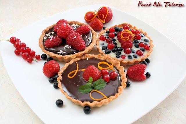 mini tarty z musem czekoladowym i owocami