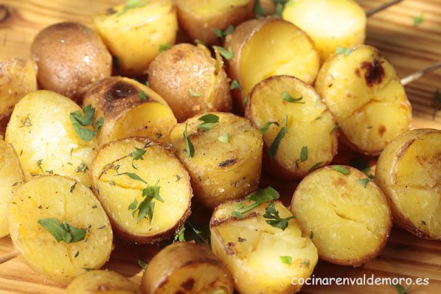 Patatas terminadas hechas a la brasa con majado