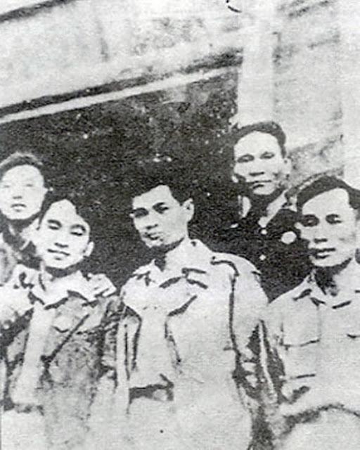 Từ trái qua phải:  Ðồng chí Tô Duy, Lê Giản, Lê Văn Lương, Trần Bình, Tô Quang Ðẩu tại Ðại hội Ðảng lần thứ II (1951) ở Việt Bắc.      Ảnh Tư liệu .