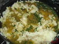 Croquetas de tortilla - añadiendo el huevo a las papas y cebolla
