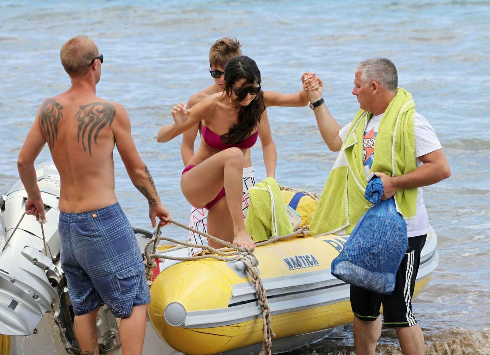 http://2.bp.blogspot.com/-6ZwpDcv4ybw/TfUsqBJhUVI/AAAAAAAADZo/dtRhltnHHZ0/s1600/Selena+Gomez+in+Bikini+2.jpg