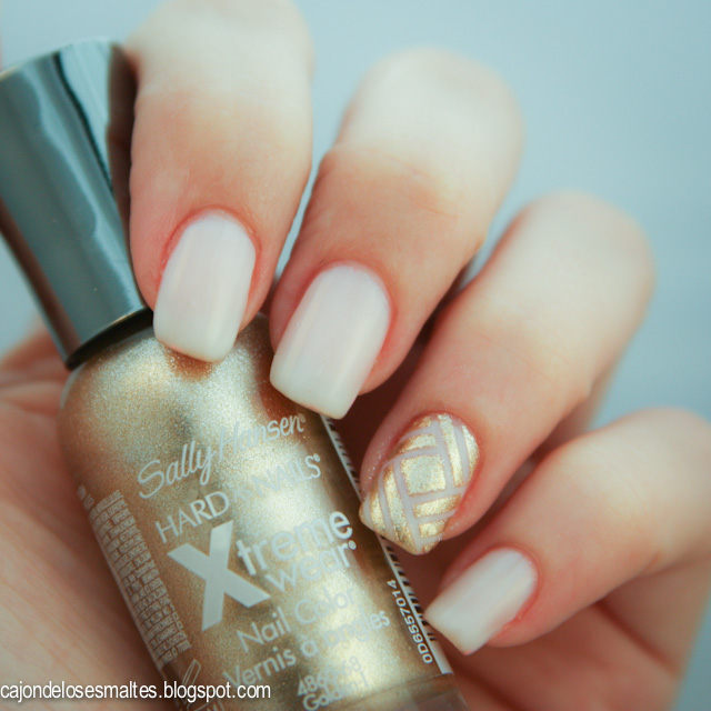 Sally Hansen Golden I - Stripping tape accent