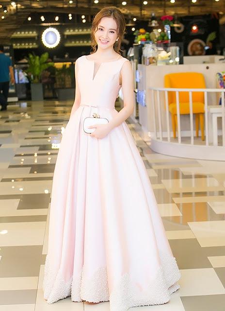 Tối 25/8, Angela Phương Trinh tham gia một sự kiện tại TP HCM. Cô thu hút sự chú ý với bộ váy xòe của nhà thiết kế Lê Thanh Hoà.