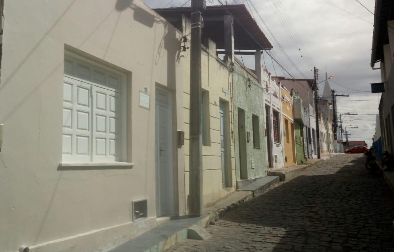 Vende-se uma casa localizada na Rua Cônego Manoel Maria
