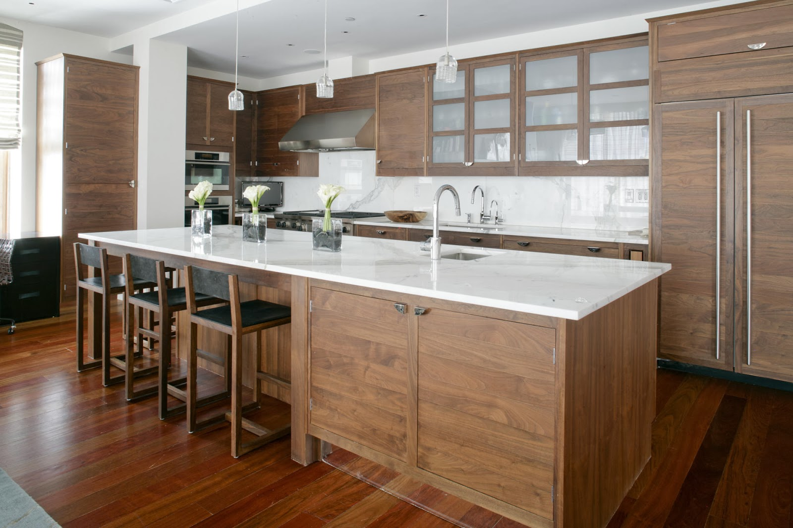 wood kitchen furnishing that brings in natural ambiance in modern style