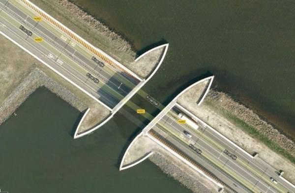 """بالصور والفيديو: نفق رائع في هولندا يسمى """"Aquaduct-Harderwijk"""" في البحر"""