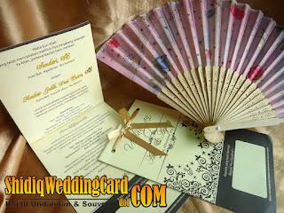 http://www.shidiqweddingcard.com/2016/01/paket-undangan-eak-dan-souvenir-kipas.html