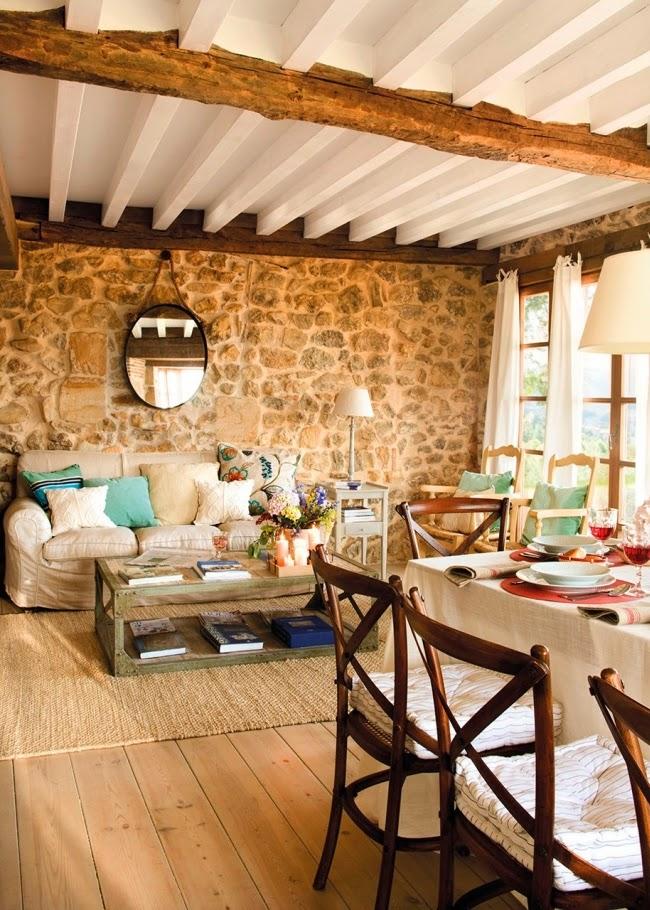 wnętrza, styl rustykalny, styl wiejski, kamienna ściana, stare meble, antyki, drewniane belki, białe wnętrza, salon, jadalnia