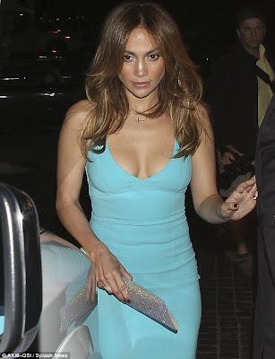 Jennifer Lopez Dress on Dress Up  Jennifer Lopez Looks Stunning In A Low Cut Turquoise Dress