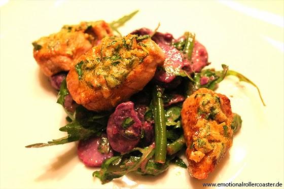 Schweinefilet in Pinienkernkruste mit Salat von Rucola, Bohnen und violetten Kartoffeln