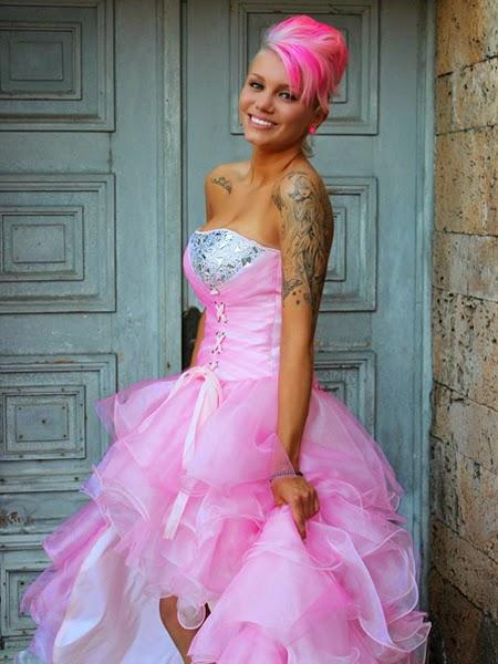 Розова рокля и прическа в стил пънк