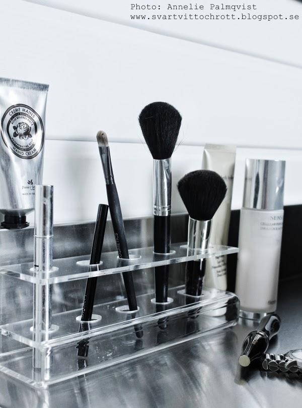 sminkställ, sminkborstar, sminkborste, hårdplast ställ för borstar, plast, borste, borstar, smink, krämer, för sminket, på sminkbordet, sminkbord,