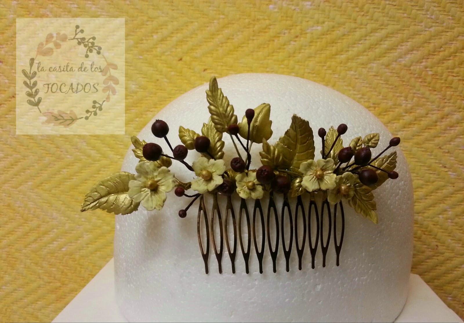peineta para novia o invitada de boda con hojas, y flores pequeñas en dorado, y frutos rojos en color vino
