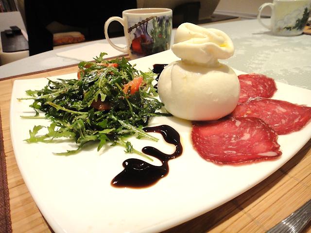 Сыр буррата руккола салат салями закуски черри экзотика