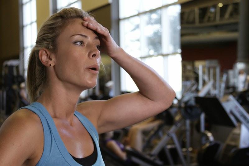 mulher suada após exercícios