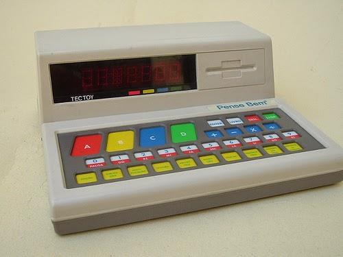 Sucesso dos anos 80 o Pense Bem foi um pequeno computador com várias atividades para as crianças.