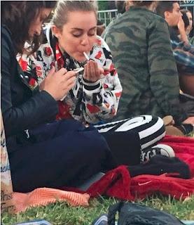 Miley Cyrus foi flagrada fumando um cigarrinho suspeito com amigos. A cantora, que é conhecida por suas polêmicas, preparou o cigarro.