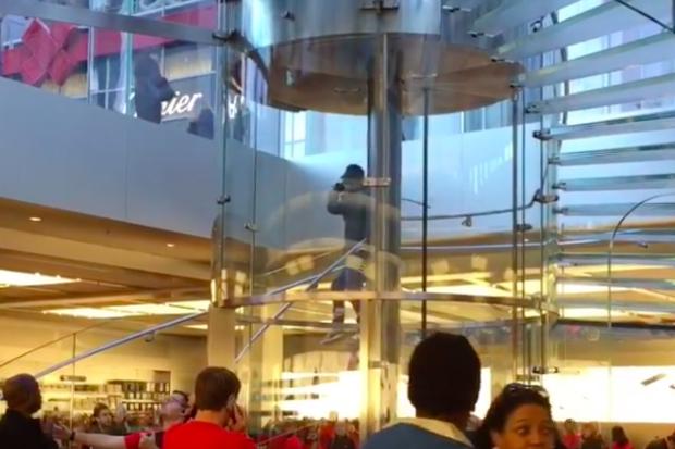 Homem saca espada samurai na Apple Store e ameaça se matar