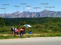 El quart avituallament amb Montserrat al fons des de la rotonda de la carretera d'Esparreguera a Piera