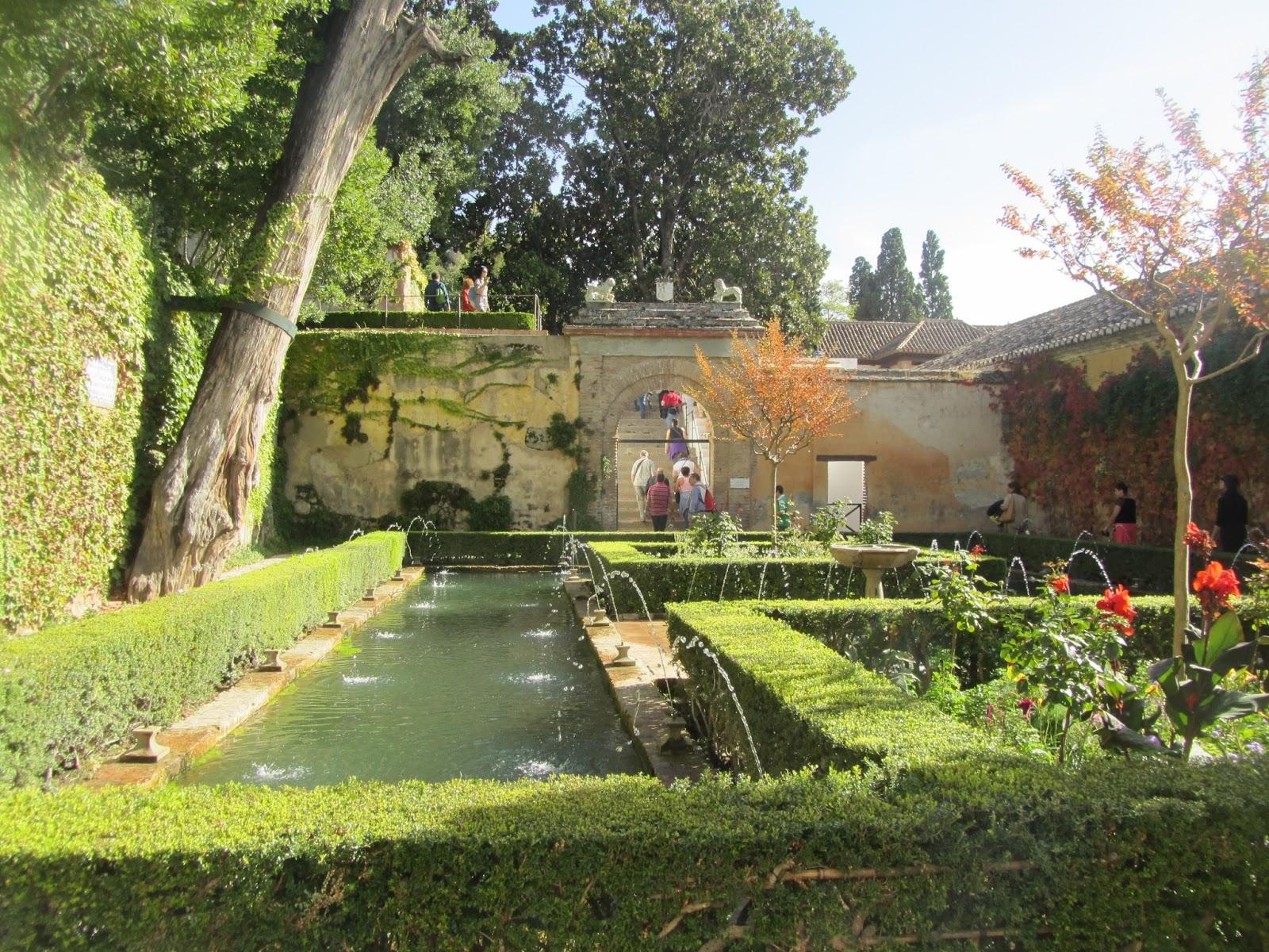 Patio del Ciprés de la Sultana, con fuente central y frondosa vegetación.