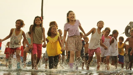 Andrea with the kids of Navotas fishport for her Annaliza immersion
