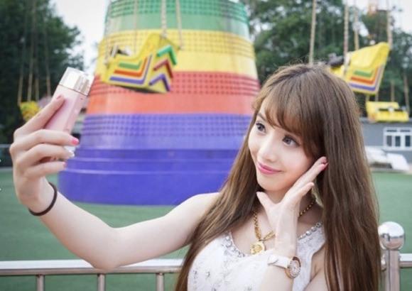 Cewek - Cewek Cantik Ini Selfie Dengan Botol Parfum