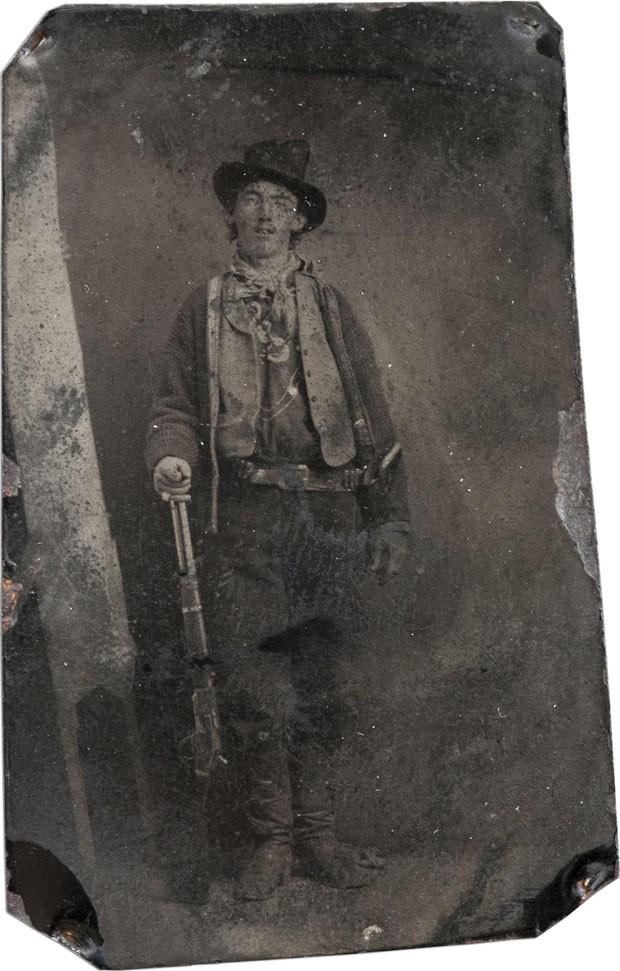 Billy the Kid posa naquela que era a única foto em que ele aparecia até a descoberta da nova fotografia. Datada de cerca de 1880, a imagem acima já foi considerada a foto mais icônica do Velho Oeste americano (Foto: AFP/Brian Lebel Old West Show and Auction/Arquivo)