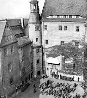 Patio del castillo de Colditz con prisioneros