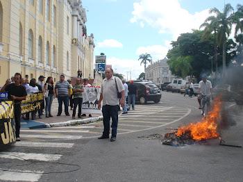 CHICO DO RADIO E JORNALISTAS TOCAM FOGO EM CAIXAO DE DEFUNDO