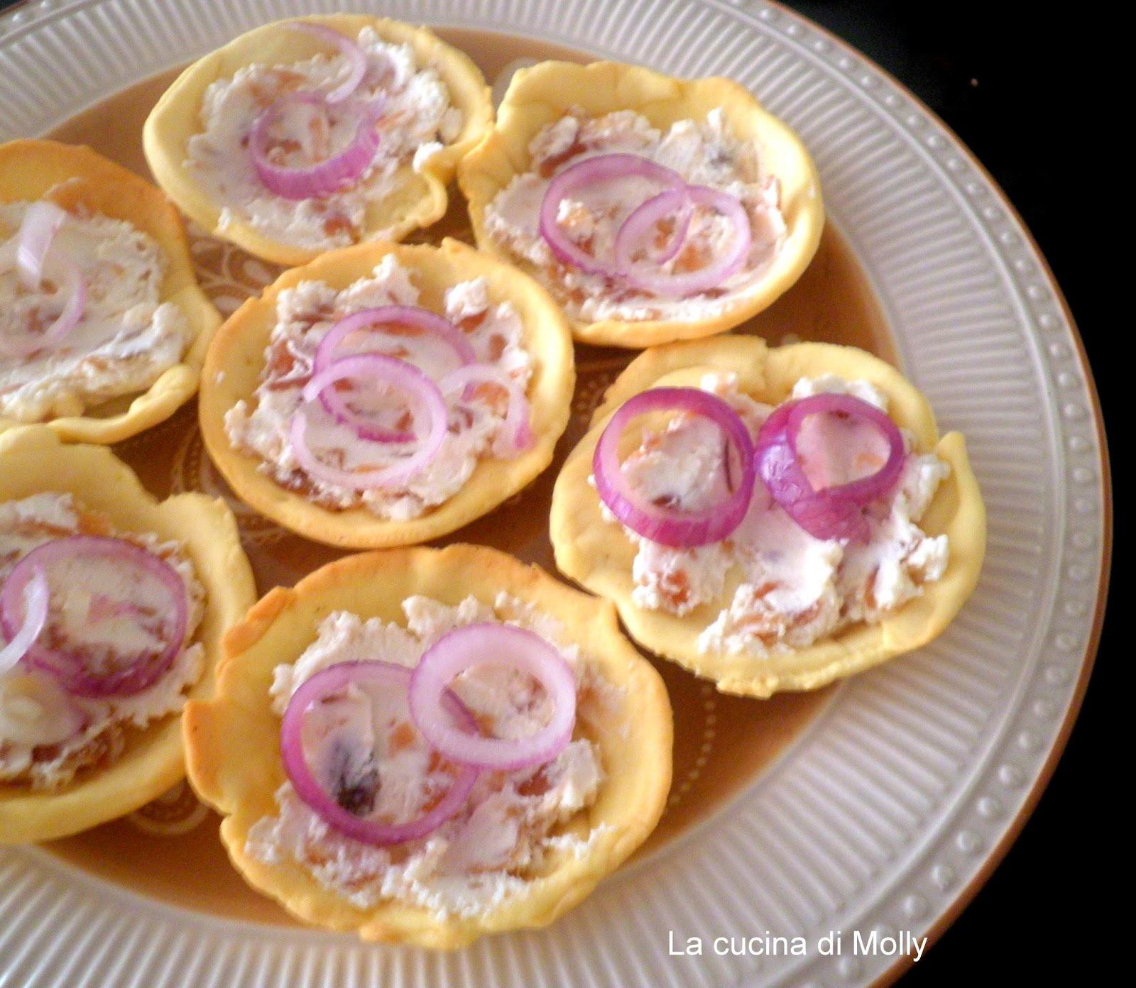 tartellette salate al caprino e salsa di cipolle rosse
