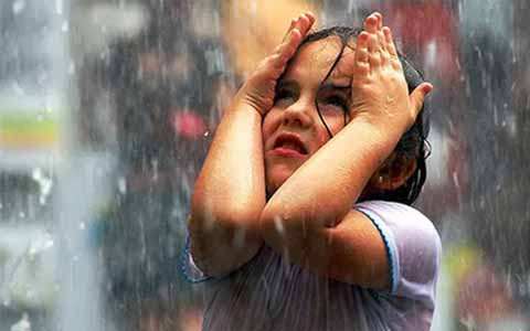 Apakah Betul Mandi Hujan Dapat Menyebabkan Sakit?