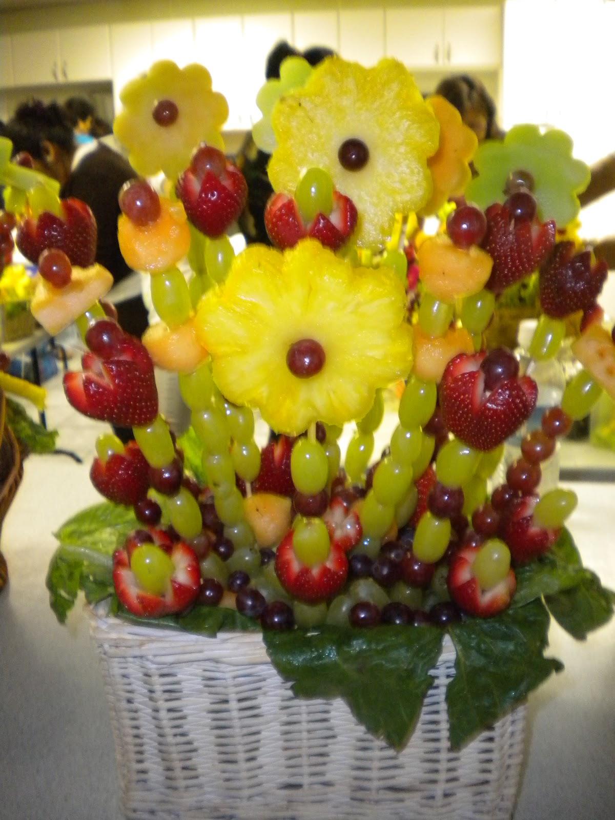 Arreglos con frutas y vegetales en creatividades latinas ordenes y envios especiales - Decorar cestas de mimbre paso a paso ...