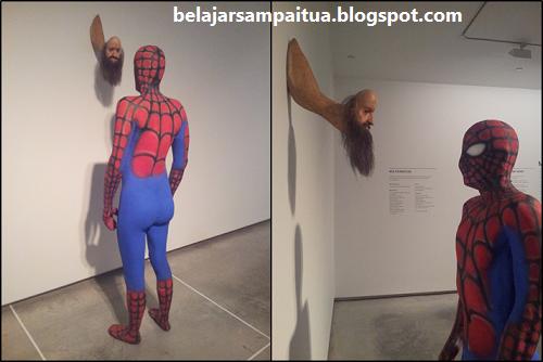 Heh. Spiderman nyentrik di museum!