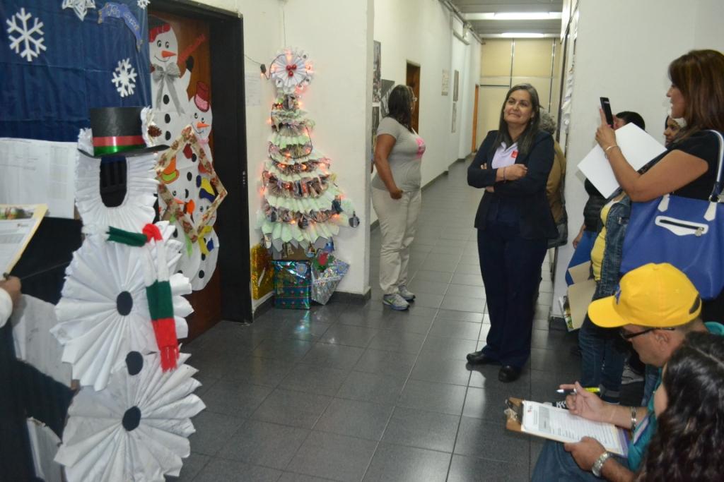 Polic a de miranda polic a de miranda celebr concurso de for Puertas decoradas navidad material reciclable