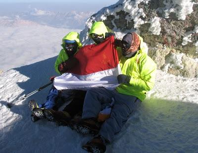 Perempuan Tertua Pendaki Gunung di Indonesia