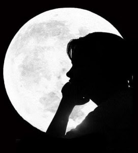 mulher,lua,cheia,olhando