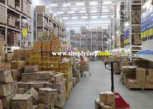 LUAS :  Tumpukan barang dan produk menggunung sampai ke atas.  Harga yang ditawarkan jauh lebih ringan.  Foto Asep Haryono
