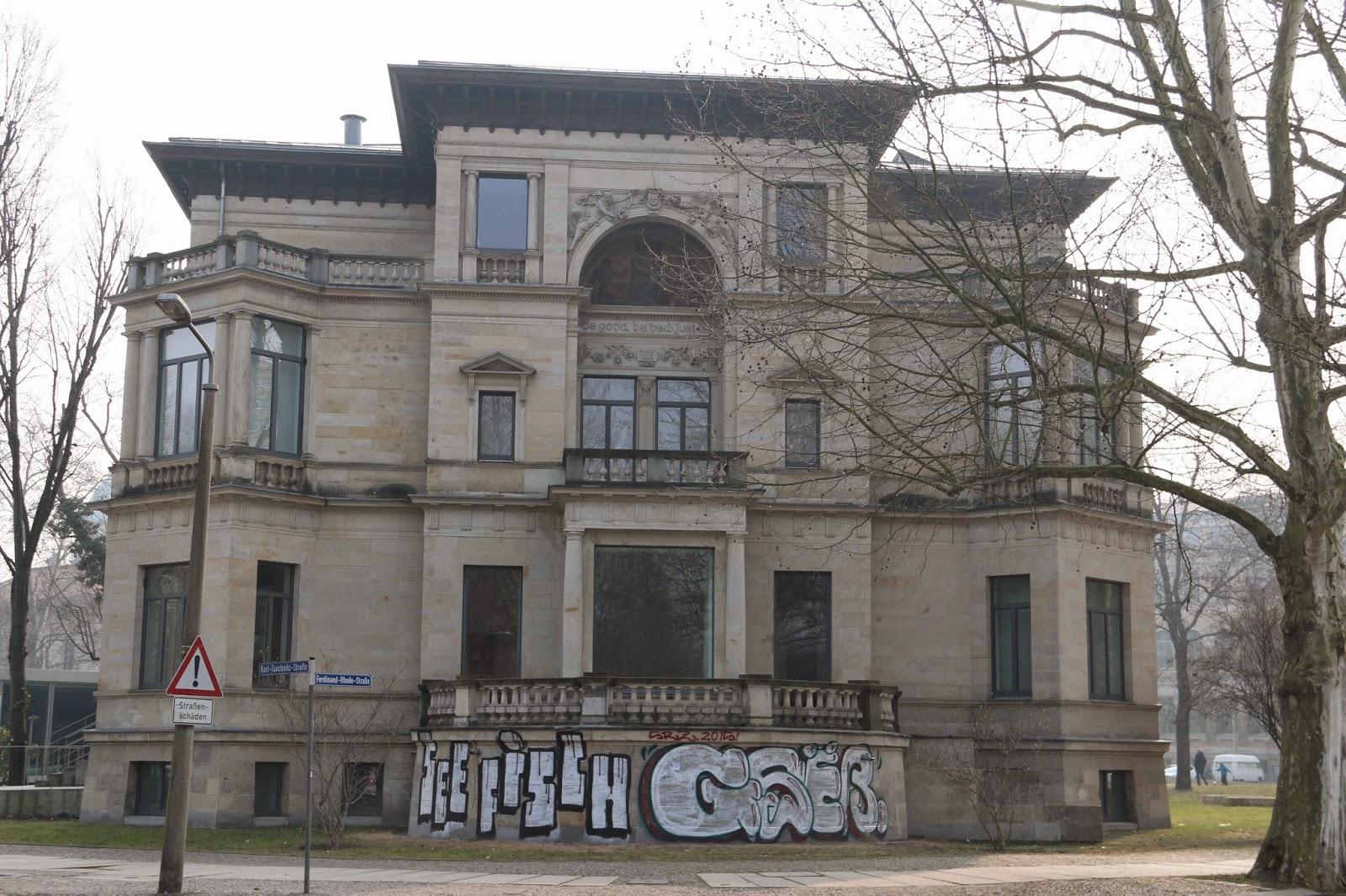 """Im Jahr 1913 kaufte der bekannte Verleger """"Edgar Herfurth"""" die Villa - in den Jahren darauf erfolgten Umbauten am Gebäude - nach der Einteignung 1945 wurde aus der Villa zu DDR Zeiten ein Teil der Universitätsklinik"""