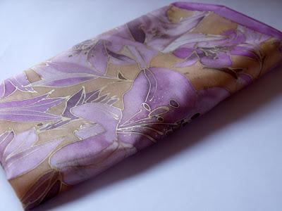 Liliomok selyem kendő kézzel festve