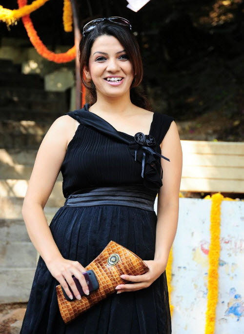 nadia in black latest photos