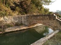 Un dels nombrosos ponts que permeten salvar el Canal de la Mina